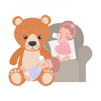 Bebês de crianças cute com personagens de ursinho de pelúcia