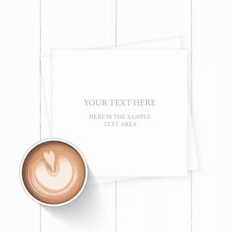Bebida de café de papel de composição branca elegante vista superior plana leigos em fundo de madeira.