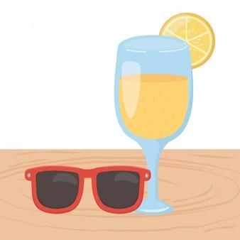 Bebida e copos de suco de laranja