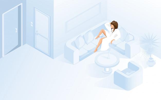 Bela dama em roupão branco no sofá no hotel