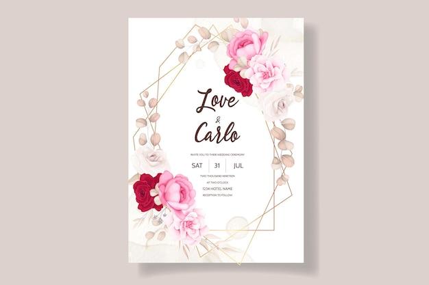 Bela mão desenhando convite de casamento com design floral marrom