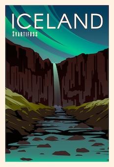 Bela paisagem na noite na islândia com montanhas, cachoeira svartifoss, rio.