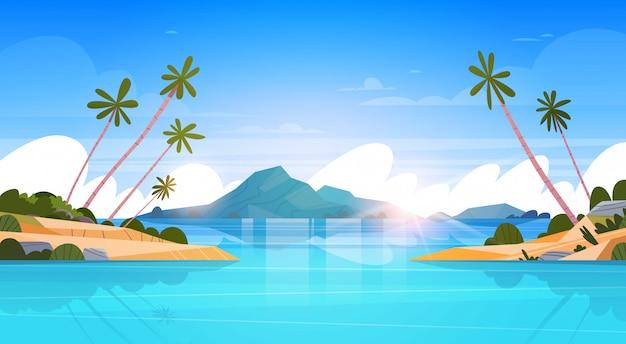 Bela praia à beira-mar paisagem verão com montanhas, água azul e palmeiras