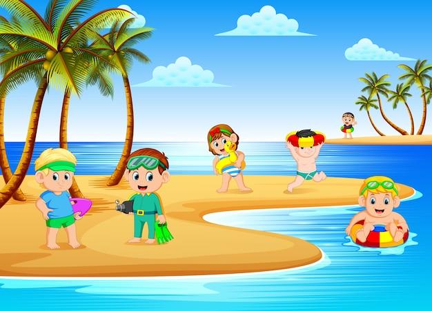 Bela vista da praia com as crianças brincando e nadando na praia