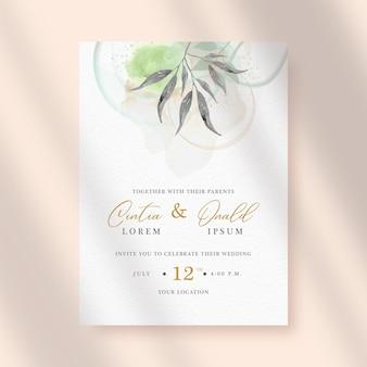 Beleza de folhas escuras com pintura de respingo no fundo do convite de casamento