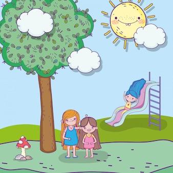 Beleza meninas brincando com slider e árvore