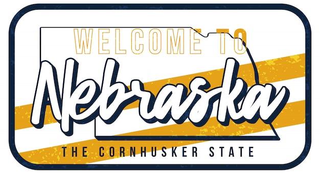 Bem-vindo à ilustração do sinal do metal enferrujado do vintage de nebraska. mapa do estado em estilo grunge com letras de mão desenhada de tipografia.