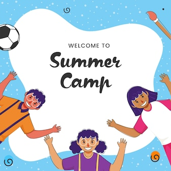 Bem-vindo ao design de cartaz do acampamento de verão com crianças alegres, levantando as mãos sobre fundo branco e azul.