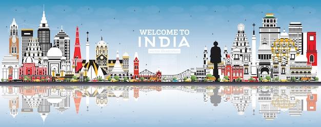 Bem-vindo ao horizonte da cidade da índia com edifícios coloridos, céu azul e reflexos. délhi