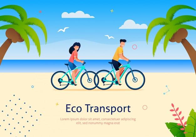 Bicicleta da equitação dos pares na praia perto do mar e da palma.