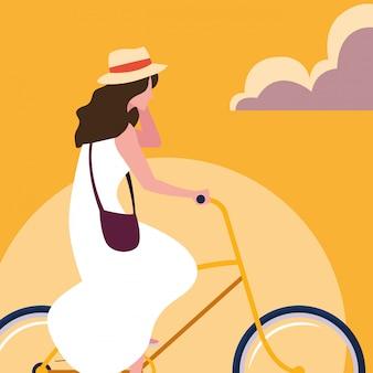 Bicicleta de equitação jovem com céu laranja