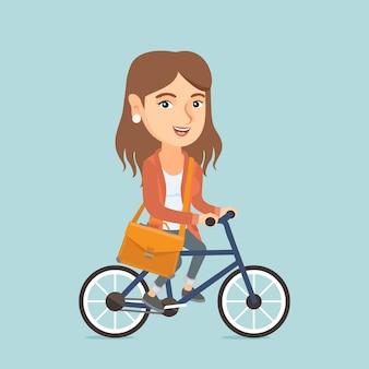 Bicicleta de equitação jovem mulher de negócios caucasiano.