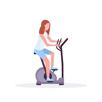 Bicicleta de exercício mulher sportswoman equitação bicicleta estacionária fazendo atividades esporte esporte estilo de vida saudável conceito de personagem de desenho animado feminino comprimento total