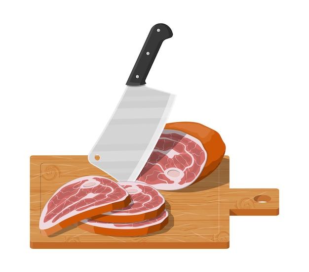 Bife de carne picado na tábua de madeira com faca de cozinha