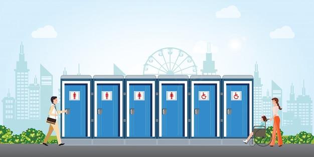 Bio banheiros móveis na cidade com banheiros para homens e mulheres deficientes.