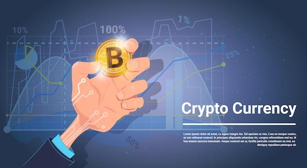 Bitcoin da posse da mão sobre cartas e conceito da moeda do cripto de digitas do fundo dos gráficos