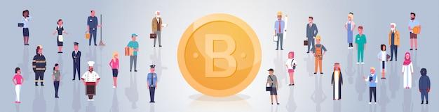 Bitcoin dourado sobre pessoas multidão moderna web dinheiro digital crypto moeda conceito horizontal banner