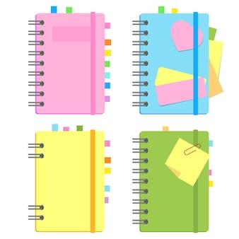 Bloco de notas fechado em espiral com marcadores e papel para anotações entre páginas.