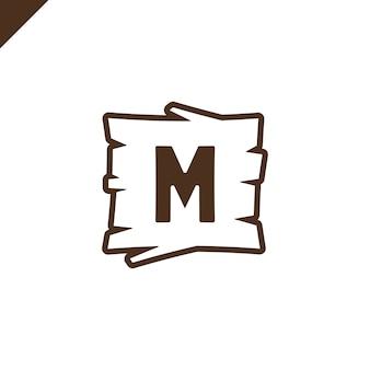 Blocos de alfabeto de madeira ou de fonte com letra m na área de textura de madeira com contorno.
