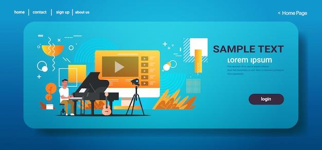 Blogger musical que grava vídeo online para vlog vlogger masculino que joga piano clássico blogging conceito comprimento total espaço de cópia horizontal