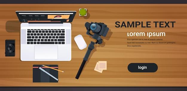 Blogger ou editor de vídeo no local de trabalho laptop com interface de aplicativo para edição de blogs conceito câmera digital profissional para gravação de desktop vista de ângulo superior cópia horizontal