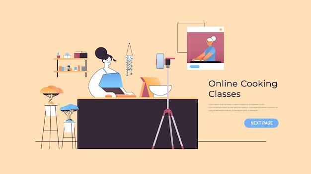 Blogueira de comida de mulher preparando o prato enquanto assiste ao vídeo tutorial com a chef feminina na janela do navegador da web ilustração de aula de culinária on-line cópia espaço horizontal