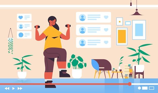 Blogueiro de fitness fazendo exercícios com halteres gravando blog de vídeo online streaming de blogging