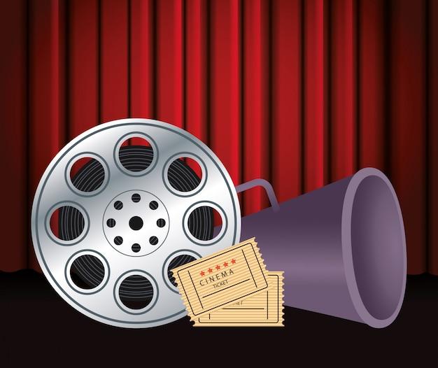 Bobina de fita com bilhetes de cinema e megafone sobre cortinas de cinema vermelho