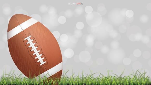 Bola de futebol americano ou bola de rugby em quadra de grama verde