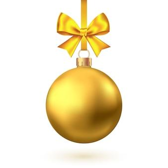 Bola de natal dourada realista com arco e fita isolada no fundo branco