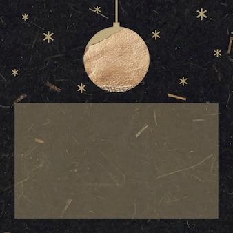 Bola dourada de ano novo e estrelas cintilantes com forma de retângulo em fundo de papel amora preto