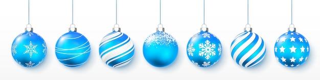 Bolas de natal brilhantes azuis brilhantes e transparentes. decoração de férias