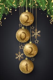 Bolas de natal brilhantes com números de ano novo e árvore de abeto. pincel de grunge.
