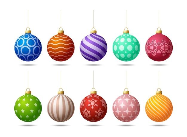 Bolas de natal coloridas brilhantes penduradas.