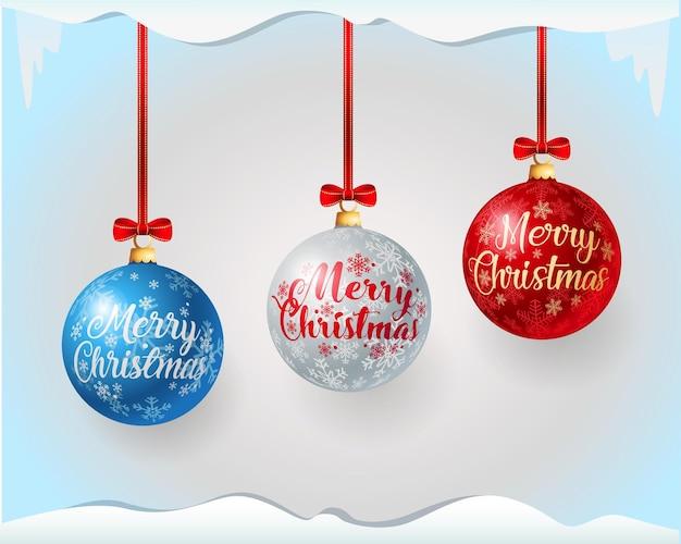 Bolas de natal de vidro com padrão de floco de neve, saudações de feliz natal e laços vermelhos em fitas vermelhas