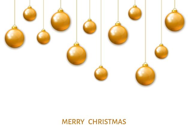 Bolas de natal penduradas em ouro isoladas em um fundo branco.