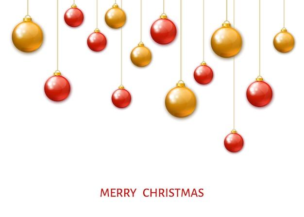 Bolas de natal penduradas vermelhas e douradas, isoladas no fundo branco. enfeites realistas de natal. decorações de feriado do vetor.