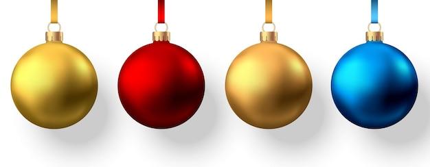 Bolas de natal realistas de ouro vermelho e azul isoladas no fundo branco