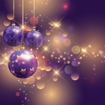 Bolas de natal roxo realista sobre um backgound brilhante
