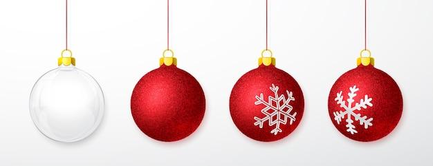 Bolas de natal vermelhas brilhantes isoladas em branco