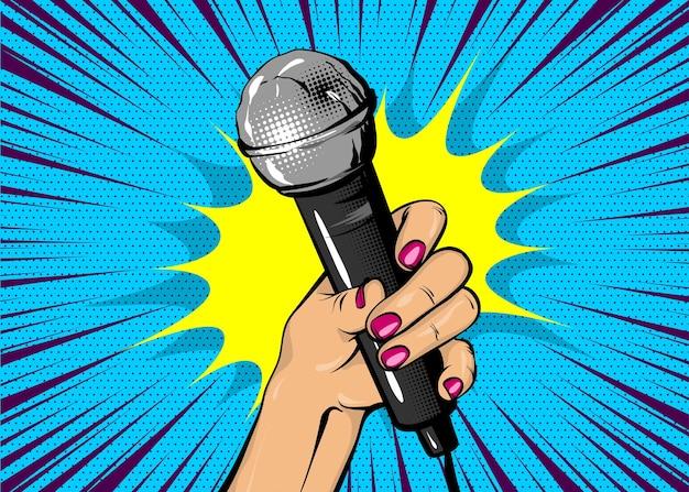 Bolha de fala de texto em quadrinhos cantor de notícias mulher estilo pop art moda menina mão segurar microfone desenho animado