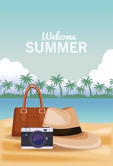 Bolsa de chapéu de verão e câmera na praia