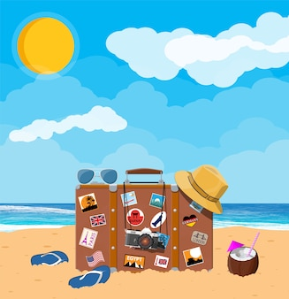 Bolsa retrô de couro com adesivos na praia