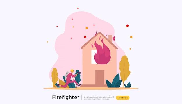 Bombeiro de uniforme, usando spray de água da mangueira para combate a incêndios, queimando a casa