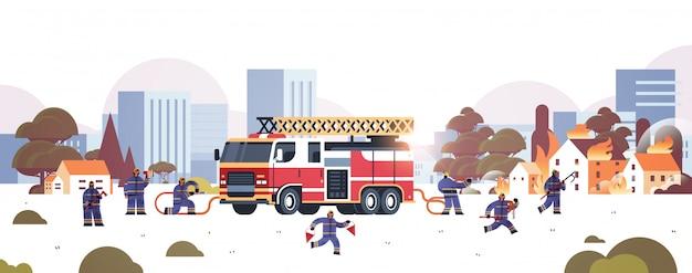 Bombeiros perto de caminhão de bombeiros se preparando para extinguir bombeiros de incêndio em uniforme e capacete conceito de serviço de emergência de combate a incêndios casas de paisagem urbana