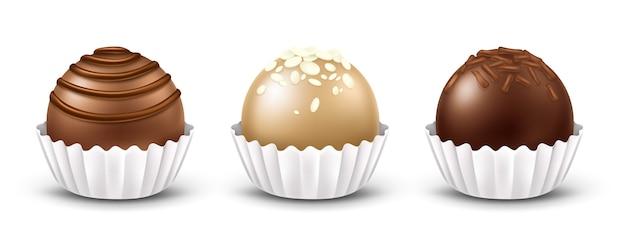 Bombons de chocolate 3d realistas com coberturas diferentes, isoladas no fundo branco. doces de chocolate negro, ao leite e branco, praliné ou trufa com embalagem de papelão ondulado branco.