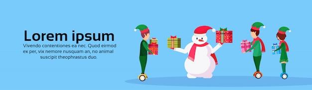 Boneco de neve e elfos com banner de presentes