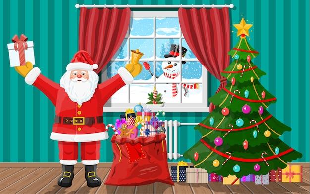 Boneco de neve parece na janela da sala. papai noel na sala com árvore de natal e presentes. decoração de feliz ano novo. feliz natal. ano novo e celebração de natal.