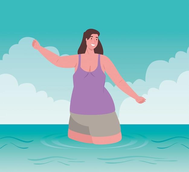 Bonita mulher gorda em traje de banho, feliz no mar, temporada de férias de verão