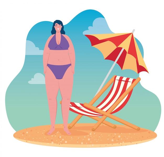Bonita mulher gorda em traje de banho na praia, cadeira e guarda-chuva, temporada de verão